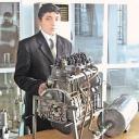 Maruf Karimov au côté de son moteur à air comprimé