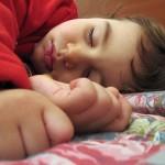 Un jeune enfant en pleine crise d'hyper activité