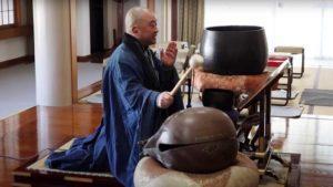 Un moine japonais qui tape tout là les Ramones